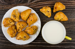 Kleine koekjes met sesam in plaat en kop van melk stock afbeeldingen
