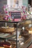 Kleine koekjes in speciale pakketten stock foto