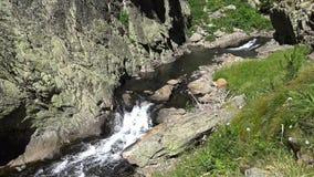 Kleine kreek in de berg de Pyreneeën stock videobeelden