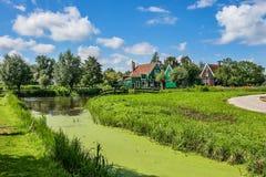 Kleine kreek en landelijke huizen in Zaanse Schans, Nederland stock fotografie