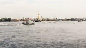 Kleine kreuzende Kriegsschiffe der Fluss Lizenzfreie Stockbilder