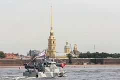 Kleine kreuzende Kriegsschiffe der Fluss Stockfoto