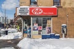 Kleine Kruidenierswinkelopslag in Toronto in de Winter Royalty-vrije Stock Foto's