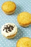 Kleine Kuchen auf blauer Serviette Stockfoto