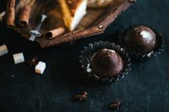 Kleine Kuchen auf einem dunklen Hintergrundstillleben Stockfoto