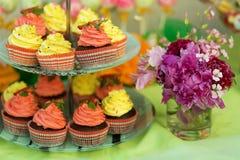Kleine Kuchen auf einem Stand am Schokoriegel Stockbilder