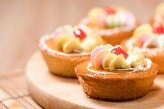 Kleine Kuchen auf hölzerner Tabelle Stockbild