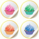 Kleine Kuchen auf Papieraufklebern Lizenzfreie Stockfotografie