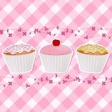 Kleine Kuchen auf rosafarbenem Gingham Stockfotografie