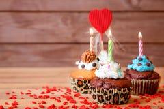 Kleine Kuchen auf Tabelle lizenzfreie stockbilder