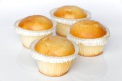 Kleine Kuchen auf weißem Hintergrund Lizenzfreies Stockbild