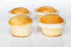 Kleine Kuchen auf weißem Hintergrund Lizenzfreie Stockfotos