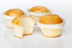 Kleine Kuchen auf weißem Hintergrund Stockbilder