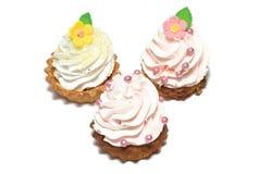 Kleine Kuchen auf weißem Hintergrund Stockfotos