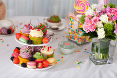 Kleine Kuchen, Blumen und Süßigkeit Lizenzfreies Stockfoto