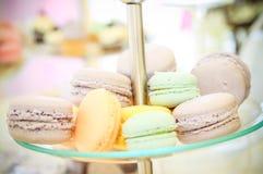 Kleine Kuchen in der Farbe Lizenzfreies Stockfoto