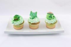 Kleine Kuchen in der Platte Stockfoto