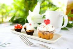 Kleine Kuchen in der weißen Platte dienten mit Tasse Kaffee Lizenzfreies Stockfoto
