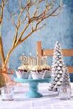 Kleine Kuchen des neuen Jahres 2017 auf einem Winterthemagedeck Lizenzfreies Stockfoto