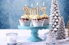 Kleine Kuchen des neuen Jahres 2017 auf einem Winterthemagedeck Lizenzfreie Stockfotografie