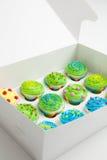 Kleine Kuchen in einem weißen Kasten Lizenzfreie Stockfotos