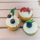 Kleine Kuchen mit Beeren Stockbild