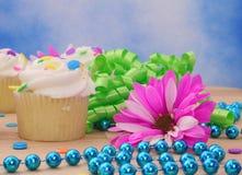 Kleine Kuchen mit Blume Stockbild