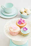 Kleine Kuchen mit Blumen Stockfotografie