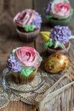 Kleine Kuchen mit Blumendekor Lizenzfreie Stockfotos