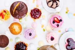 Kleine Kuchen mit dem unterschiedlichen Anfüllen Lizenzfreie Stockfotos
