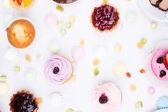 Kleine Kuchen mit dem unterschiedlichen Anfüllen Stockbild