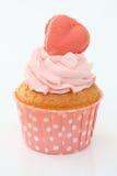 Kleine Kuchen mit einem rosa Herzen auf die Oberseite Stockfotos