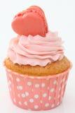 Kleine Kuchen mit einem rosa Herzen auf die Oberseite Lizenzfreies Stockbild