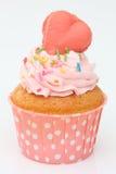 Kleine Kuchen mit einem rosa Herzen auf die Oberseite Lizenzfreies Stockfoto