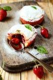 Kleine Kuchen mit Erdbeermarmelade Stockfotografie