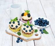 Kleine Kuchen mit frischen Beeren Stockfotografie