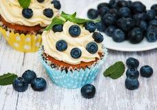 Kleine Kuchen mit frischen Blaubeeren Stockbilder