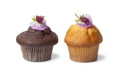 Kleine Kuchen mit frischen Blumen Lizenzfreies Stockfoto