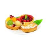 Kleine Kuchen mit Frucht und Sahne Stockbilder