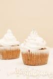 Kleine Kuchen mit gepeitschter Sahne Stockbilder