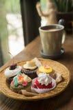 Kleine Kuchen mit heißer Schokolade Stockbilder