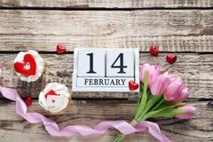 Kleine Kuchen mit Kalender und Tulpen Stockfoto