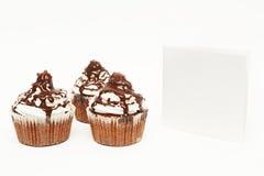 Kleine Kuchen mit leerer Karte Lizenzfreies Stockbild