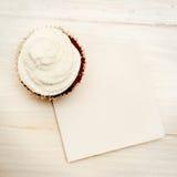 Kleine Kuchen mit leerer Karte Lizenzfreie Stockfotografie
