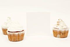 Kleine Kuchen mit leerer Karte Stockbild