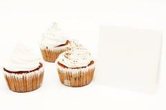 Kleine Kuchen mit leerer Karte Stockfoto