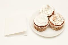 Kleine Kuchen mit leerer Karte Lizenzfreies Stockfoto