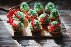 Kleine Kuchen mit Pistaziencreme Stockfotos