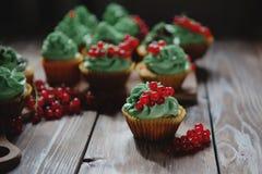 Kleine Kuchen mit Pistaziencremenahaufnahme Stockfoto