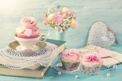 Kleine Kuchen mit rosa Blumen lizenzfreies stockfoto